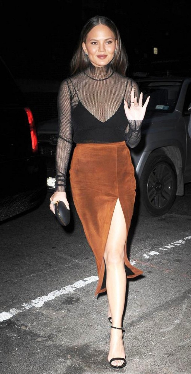 chrissy-teigen-is-the-master-of-date-night-dressing-1923222-1475275466-640x0c
